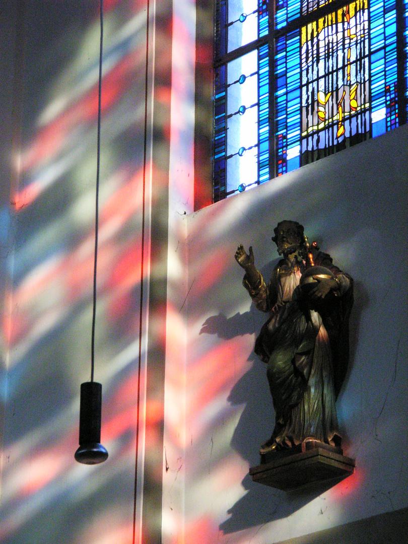 Christus -Salvator- Statue unter Senfkornfenster, Abteikirche Duisburg-Hamborn
