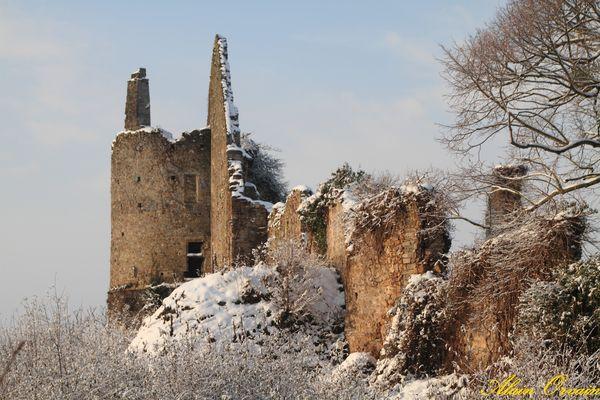 Château de la riviére dans son manteau neigeux