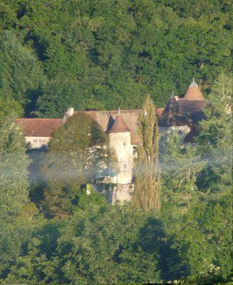 Château vallée de la Creuse le matin avec une petite brume.