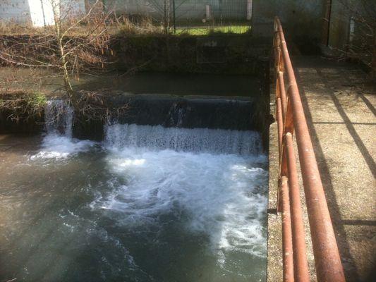 chute d'eau en ville