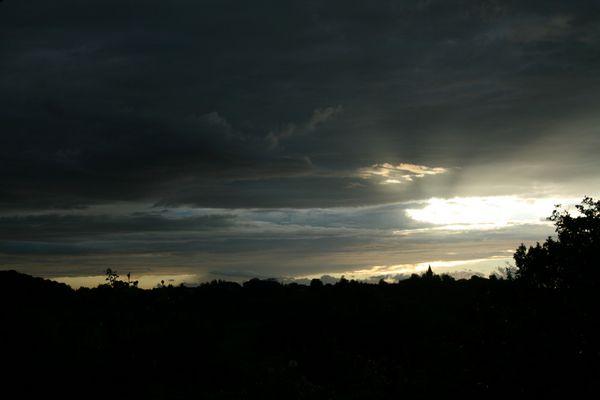 Ciel d'orage transpercé par la lumière