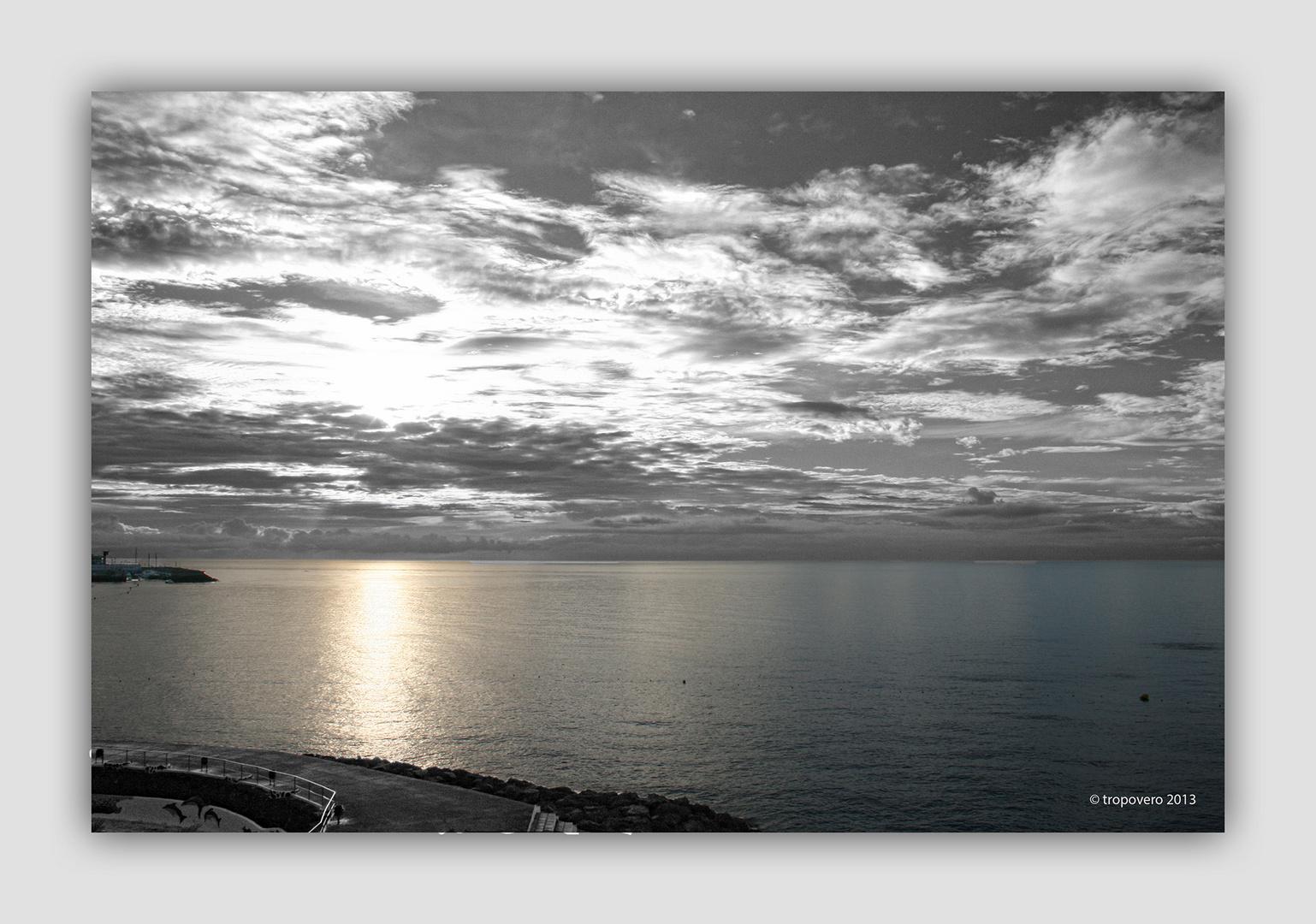 Cielo gris y mar dorada