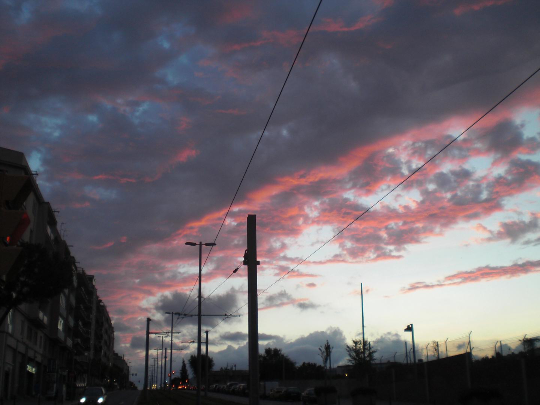 Cielo rojizo en la ciudad
