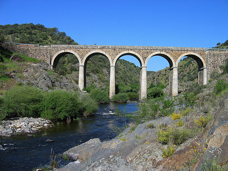 Cinco arcos perfectos sobre el rio salor