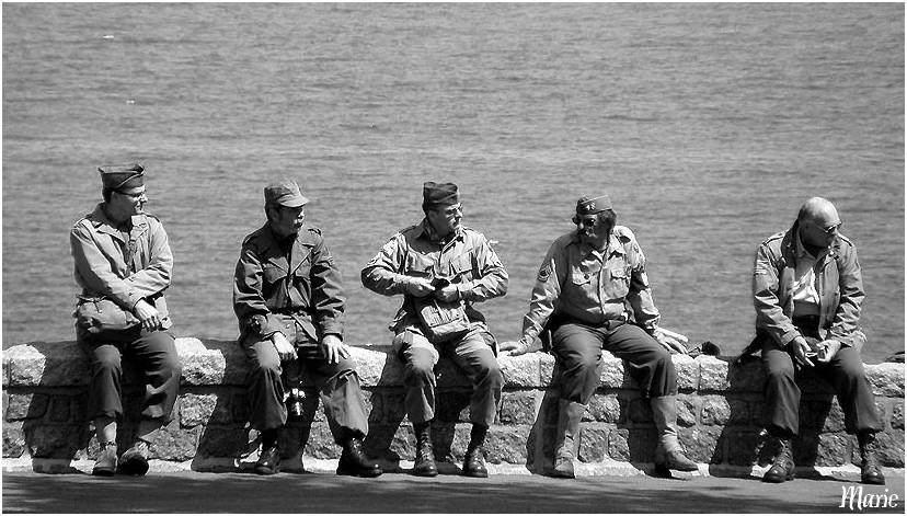 Cinq militaires sur un mur...