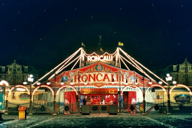 Circus vor dem Schloss - Roncalli 2003 in Münster