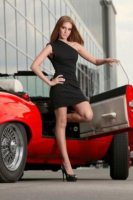 Claudia vor Jaguar E-Type 12 Zylinder