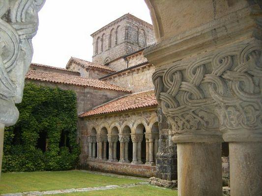 claustro de la Colegiata de Santillana del Mar