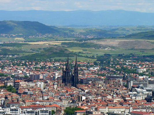 Clermont-Ferrand (Kathedrale) gesehen vom Belvedere Pierre-Carrée in Royat (Auvergne, Frankreich)