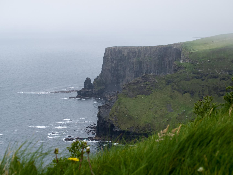 Cliffs of Moher bei nebligem und kaltem Wetter, trotz Sommer