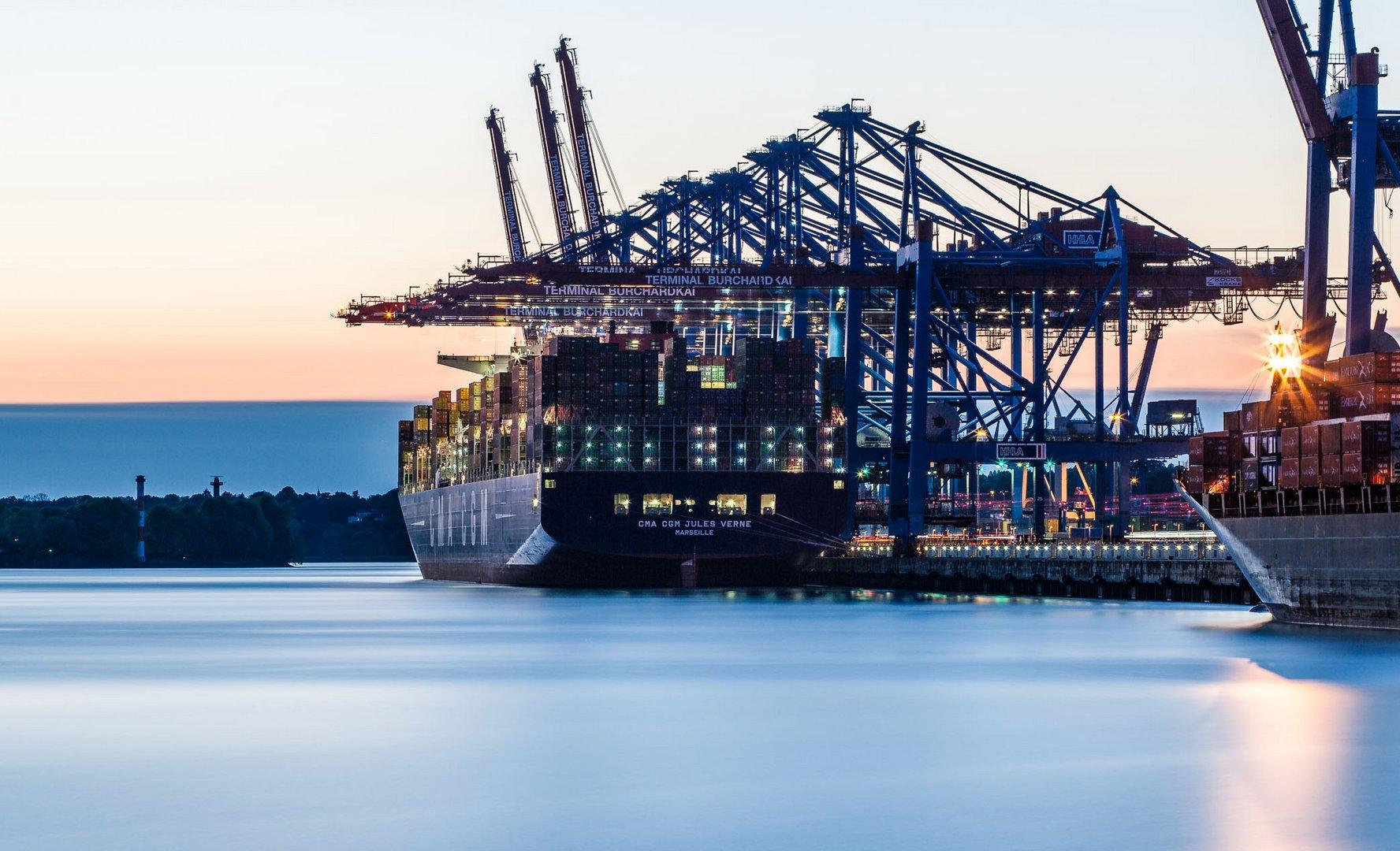 CMA CGM Jules Verne im Hamburger Hafen