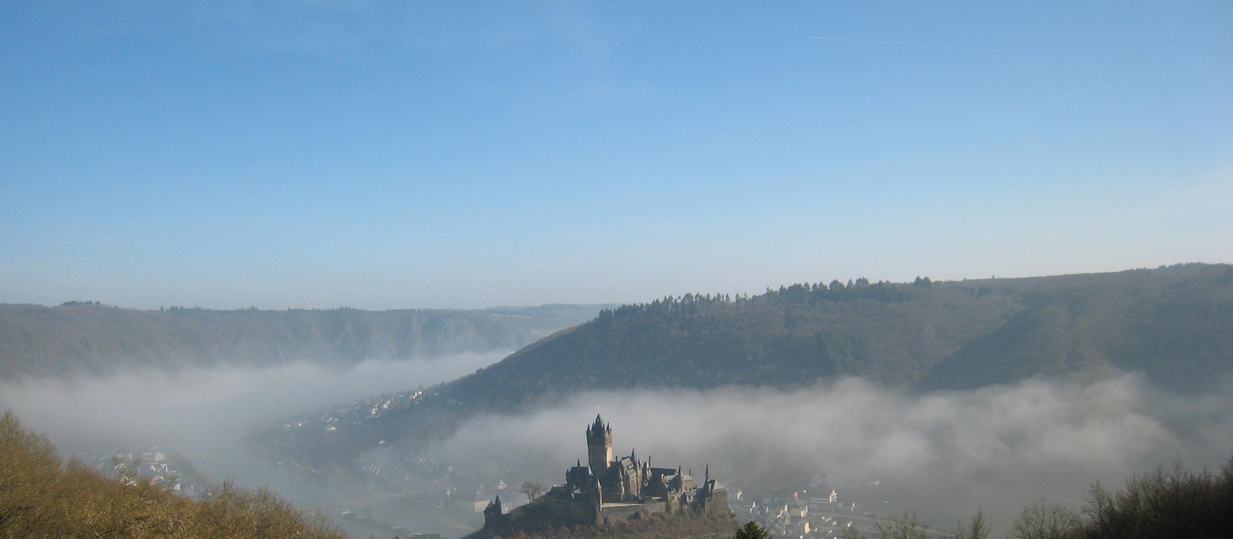 Cochemer Burg ragt aus dem Nebel