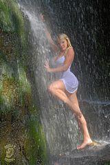 Cold Angel unter den  Wasserfall