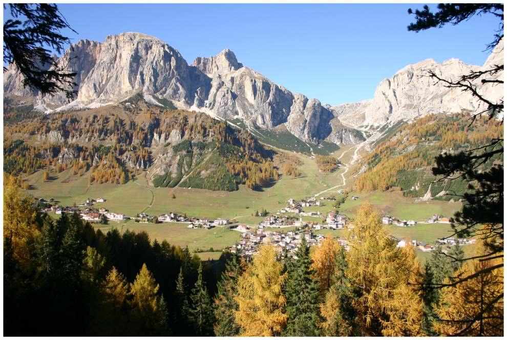 Colfosco im sonnigen Herbst aus dem Boe-Wanderweg