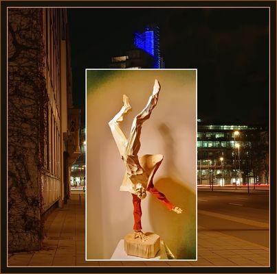 Collage: Holzplastik von Roman Strobl vor dem Gebäude der NordLB in Hannover