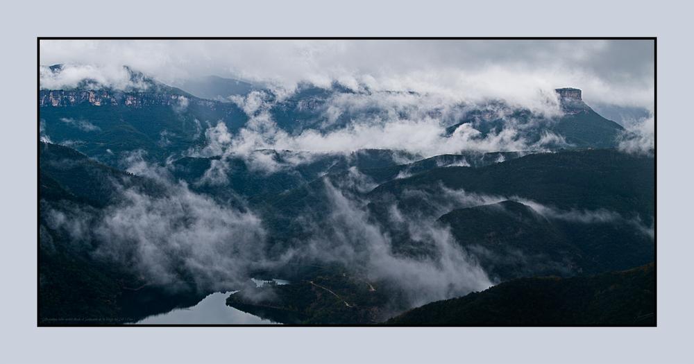 Collsacabra entre nubes desde el Santuario de la Verge del Coll ( Osor )