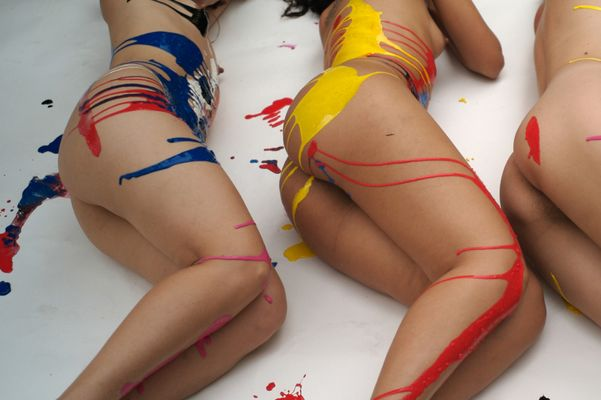 Colors stretched on bodies