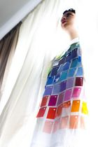 Colour Dress am Fenster
