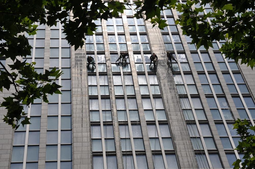 Come si lavano i vetri dei grattacieli...