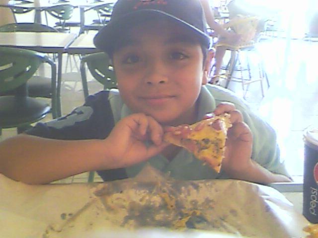 Comiendo pizza en el mall