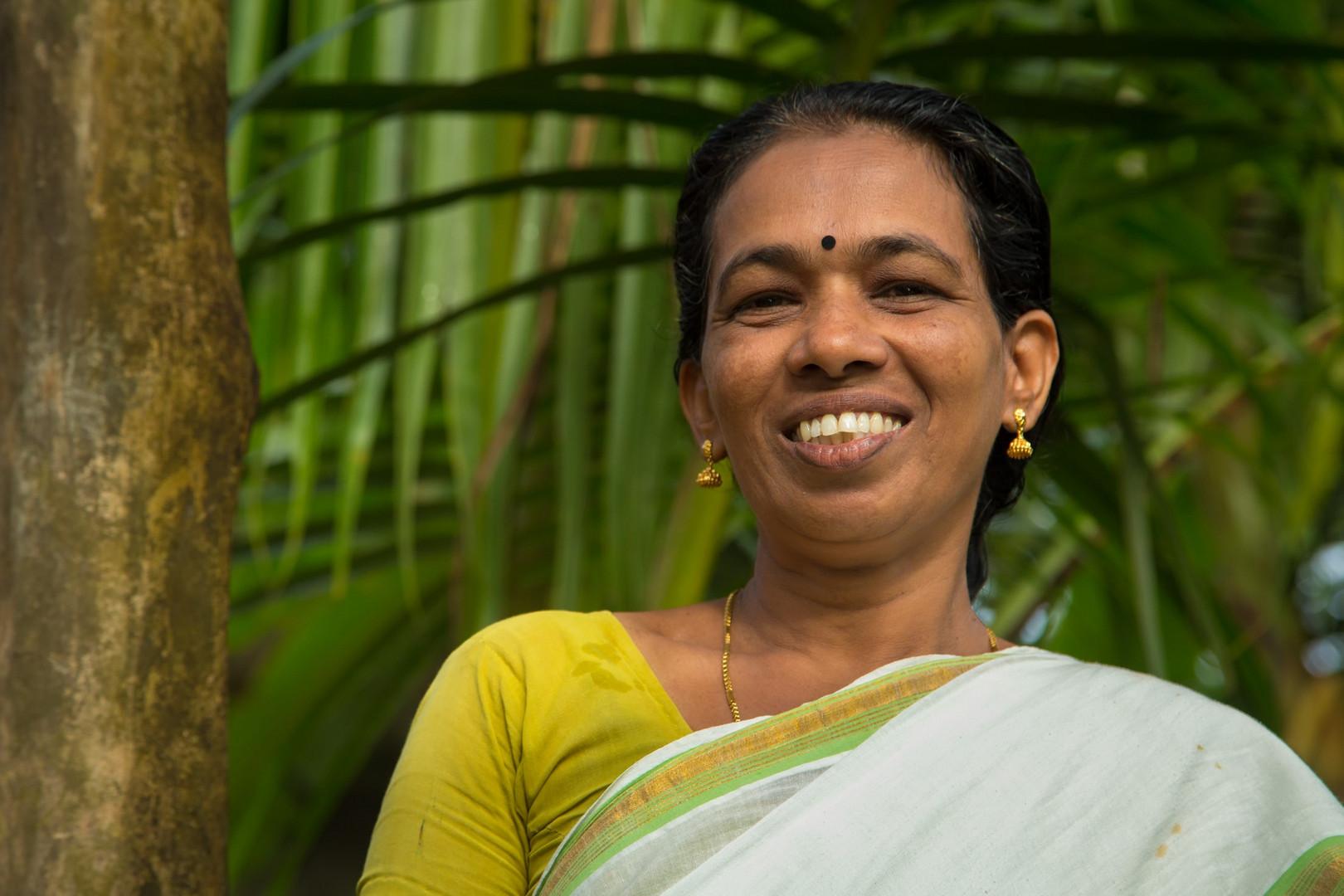Comment fait-elle pour avoir un sari tout blanc immaculé dans la brousse la plus profonde ?