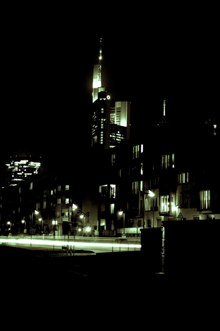 Commerzbank-Tower Frankfurt - nachts vom Main - Neonvariante
