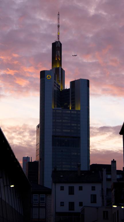Commerzbank Tower im Abendlicht