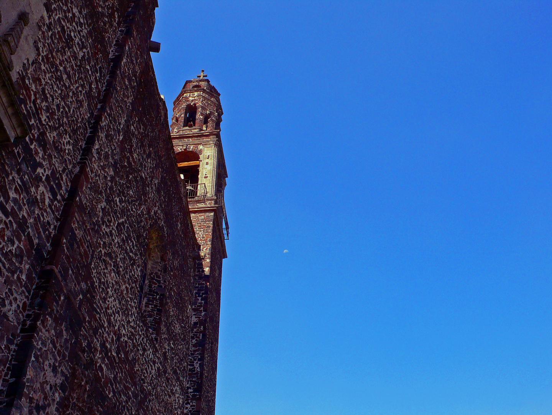 con la luna en cielo azul