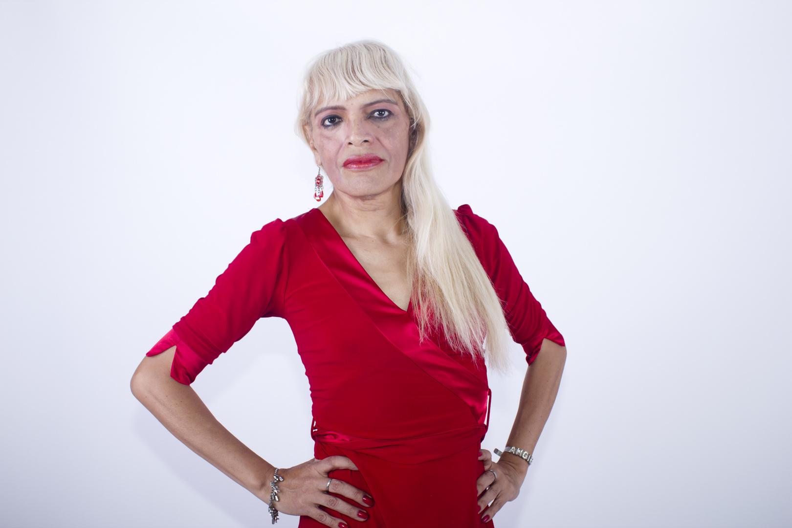 Con vestido rojo