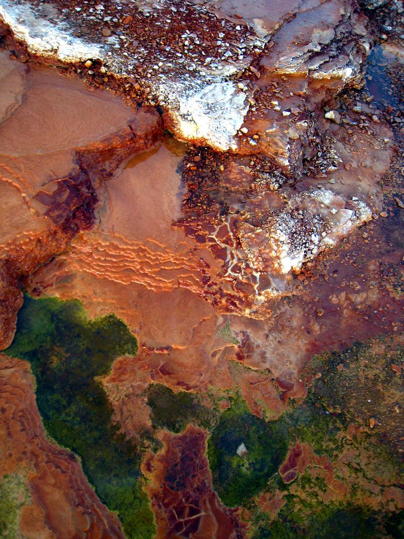 concrétions minérales d'un Geyser