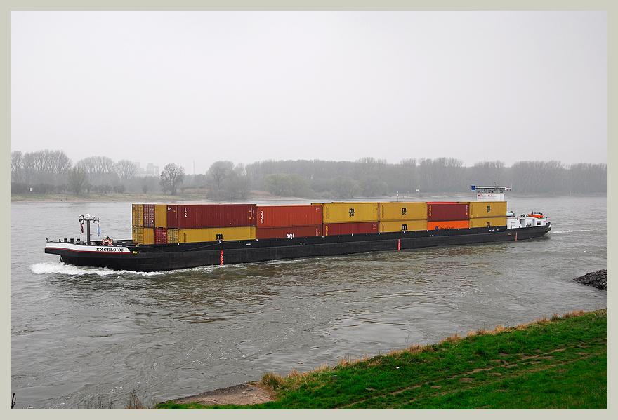 Container auf den Rhein