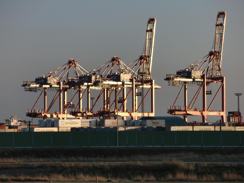 Container-Terminal Bremerhafen im Sonnenuntergang