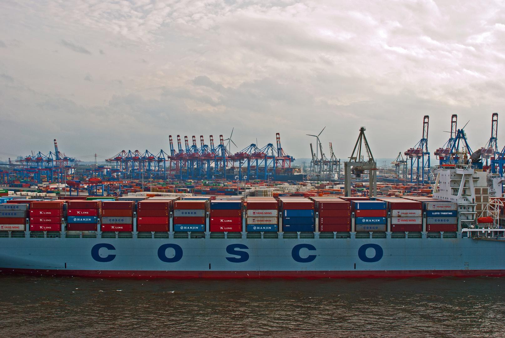 Container über Container ... Geschoben,gestapelt und verschifft !