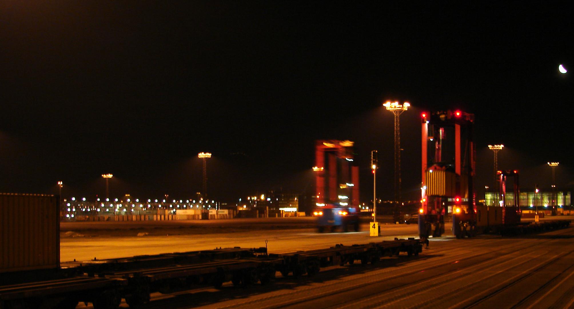 Container Verladung im Brmerhaven Nachts um 3:00 Uhr