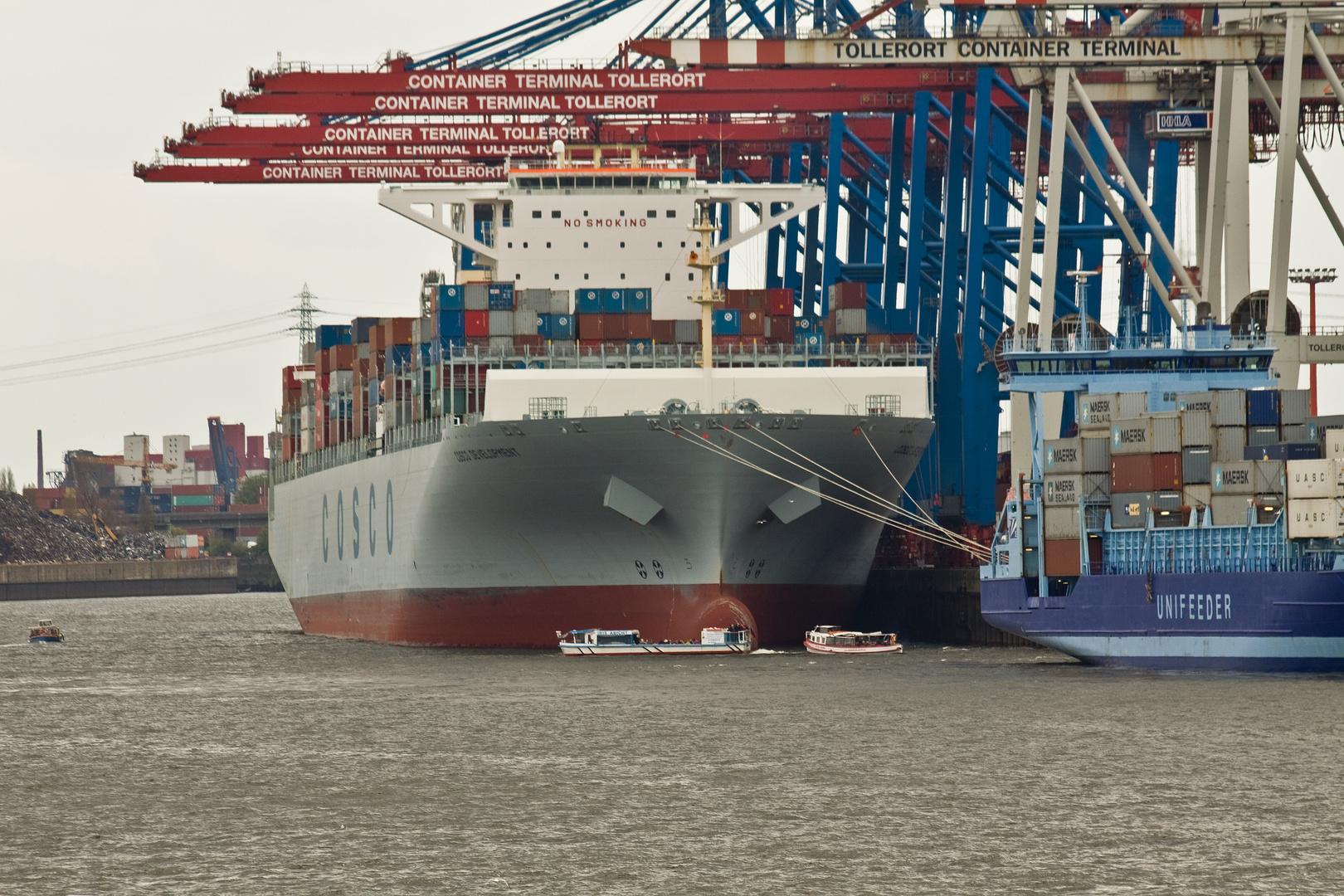 Containerriesen in Hamburg