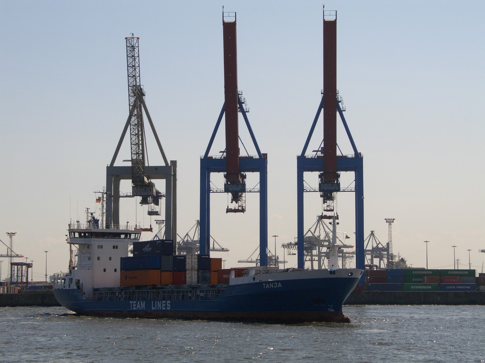 Containerschiff beim ablegen