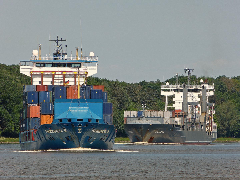 Containerschiff Margareta B und Analena fahren von Rendsburg kommend in die Weiche Schülp ein . Nord