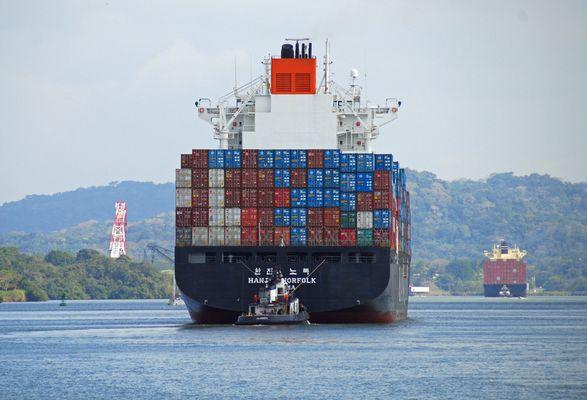 Containerschiffe im Panama Kanal