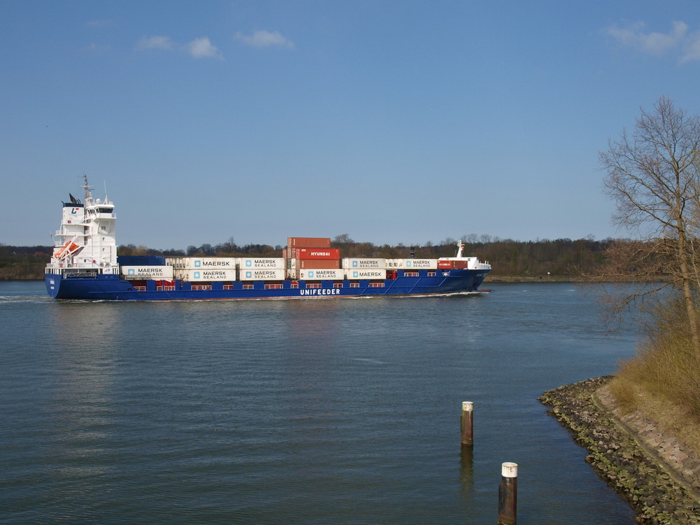 Containersciff ENSEMBLE auf dem Nord-Ostsee-Kanal.