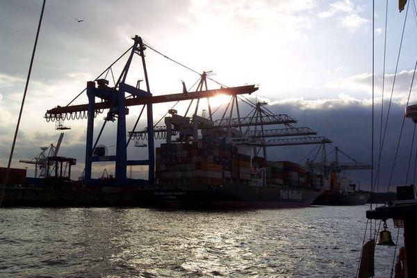 Containerterminal Burchardkai im Gegenlicht