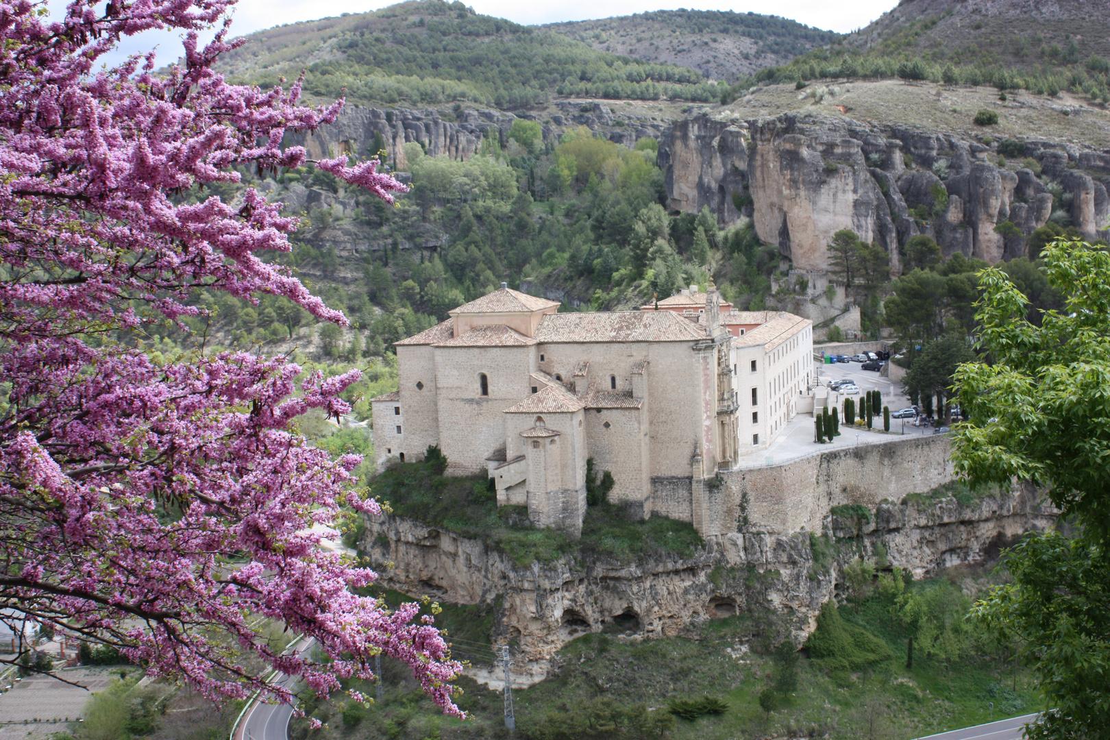 Convento del siglo XVI frente a las casas colgadas