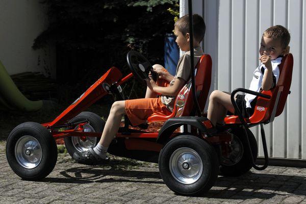 coole Kids auf dem Kettcar