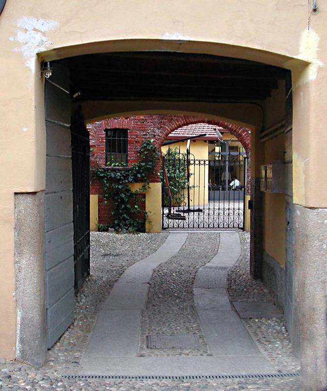 cortile sul Naviglio Grande