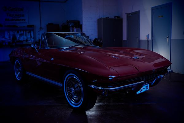 Corvette in duisternis.
