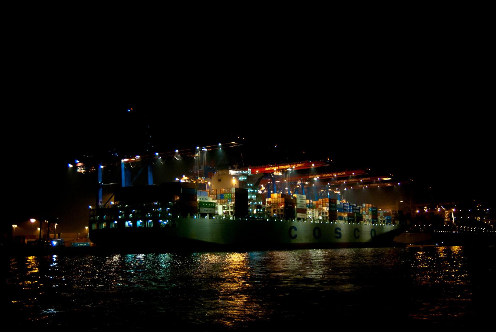Cosco im Hamburger Hafen (Optimierte Version)