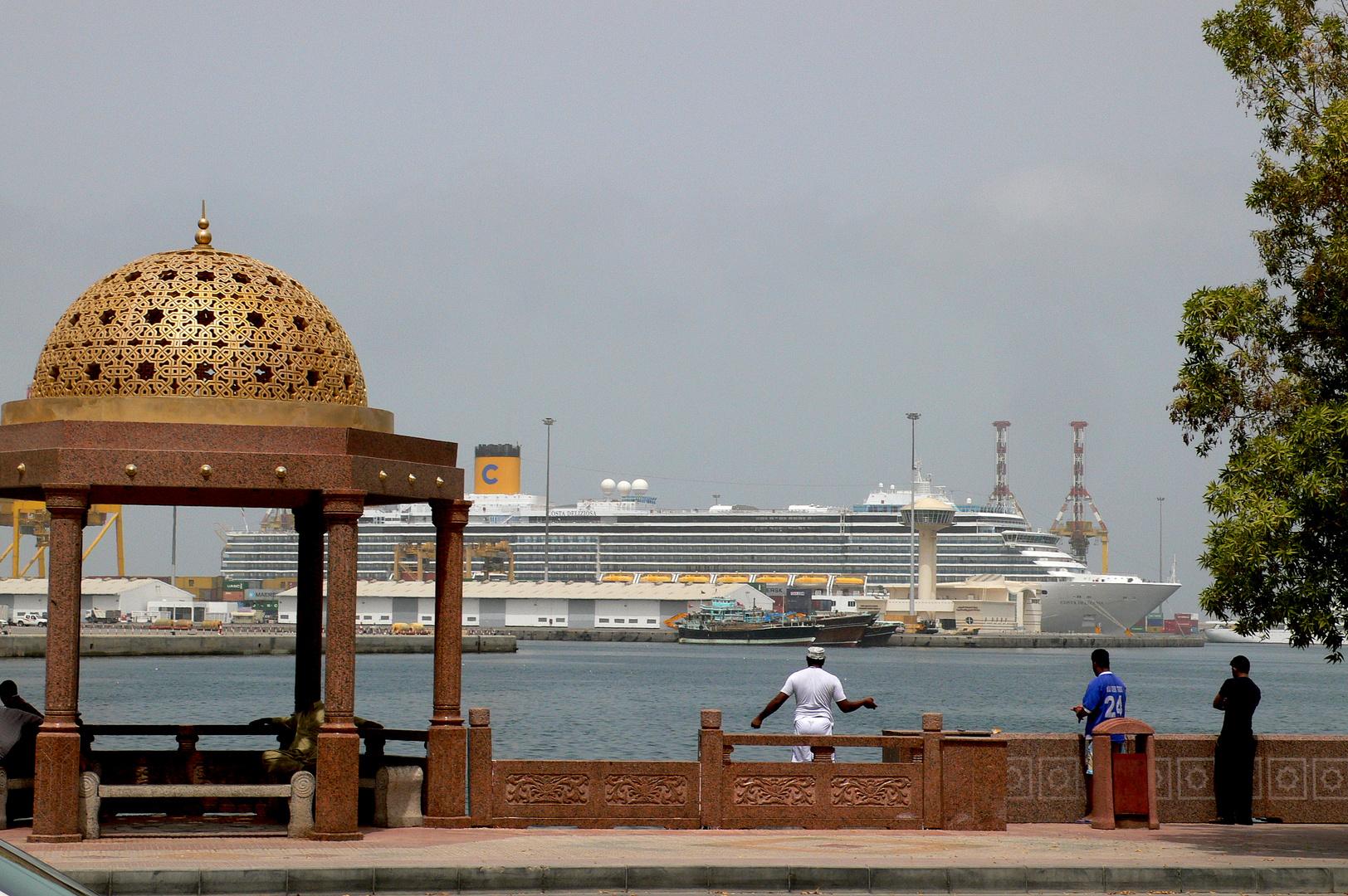 Costa Deliziosa am 24. März 2012 im Hafen von Muscat (Oman)