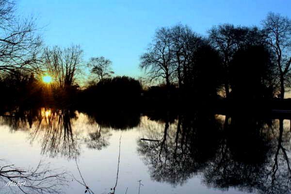 Couchant sur le fleuve