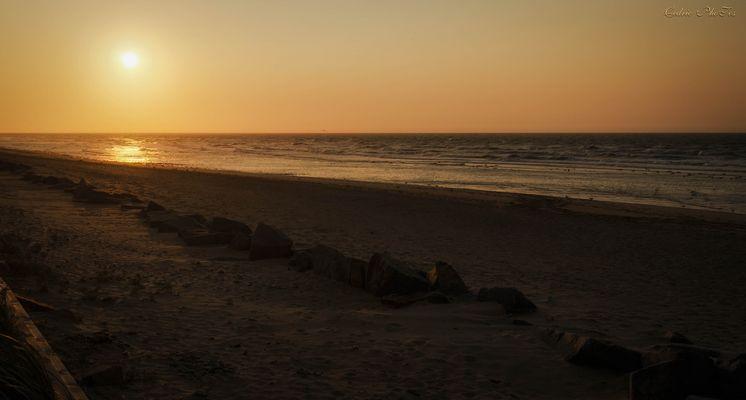 couché de soleil sur la plage d'arromanches.