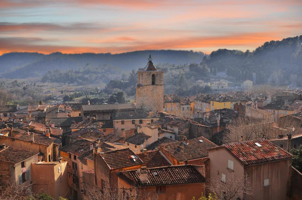 Couché de soleil sur le village en Provence
