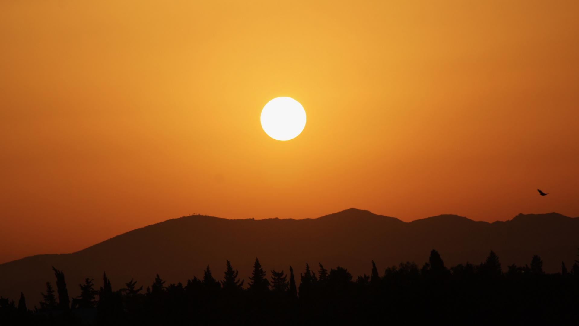 couché de soleil sur les montagnes d' hammamet
